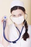 Jungekrankenschwester mit Stethoskop lizenzfreie stockfotografie