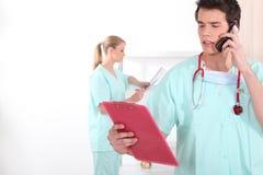 Jungekrankenschwestern im Krankenhaus Stockfotos