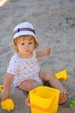 Jungenüberzug mit Plastikspielwaren Lizenzfreie Stockfotos