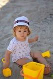 Jungenüberzug mit Plastikspielwaren Stockfotos