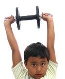 Jungen-anhebende Gewichte Lizenzfreie Stockfotos