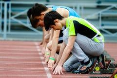 Jungen auf dem Anfang der 100 Meter Lizenzfreie Stockfotos