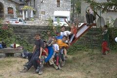 Jungen auf dem Dia, das nahe Ainsa, Aragonien, in den Pyrenäen-Bergen, Provinz von Huesca, Spanien spielt Lizenzfreies Stockfoto