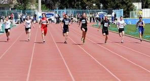 Jungen auf den 100 Metern Rennen stockfotos
