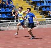 Jungen auf den 100 Metern Rennen Lizenzfreies Stockbild