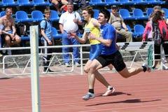 Jungen auf den 100 Metern Rennen Stockfoto