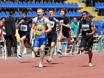 Jungen auf den 100 Metern Rennen Lizenzfreie Stockfotografie