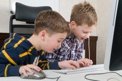 Jungen auf einem Computer Stockfotografie