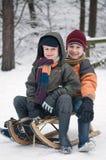 Jungen auf einem Schlitten Lizenzfreies Stockfoto