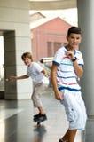 Jungen auf einem Skateboard. Stockfotos