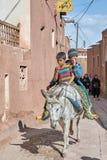 Jungen auf Esel im traditionellen Dorf, Abyaneh, der Iran Stockfoto
