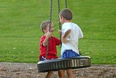 Jungen auf Gummireifen-Schwingen Lizenzfreies Stockbild