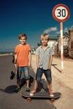 Jungen auf longboard Rochen Lizenzfreie Stockfotografie
