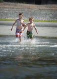 Jungen auf Ozean lizenzfreies stockbild