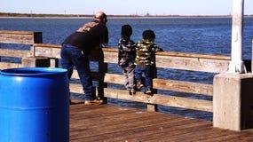 Jungen auf Pier Stockfoto