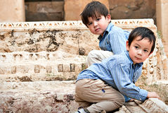 Jungen auf Ruinen Stockbild