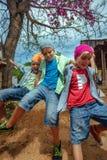 Jungen auf Schwingen Stockfotos