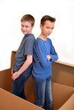 Jungen in beweglichem Kasten lizenzfreie stockbilder