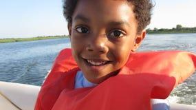 Jungen-Bootfahrt stockbilder