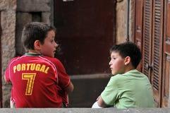 Jungen, die über Fußball nehmen stockfotografie