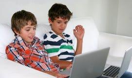 Jungen, die auf Computern studieren lizenzfreie stockbilder