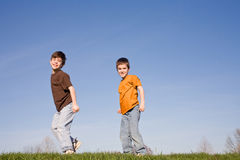 Jungen, die auf einen Hügel gehen stockbilder