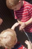 Jungen, die Babyküken streicheln lizenzfreies stockfoto