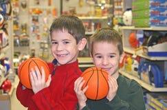 Jungen, die Basketbälle anhalten Lizenzfreies Stockbild