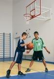 Jungen, die Basketball spielen Lizenzfreie Stockbilder