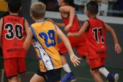 Jungen, die Basketball spielen Lizenzfreies Stockbild