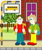 Jungen, die Bus warten Lizenzfreie Stockfotos