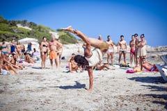 Jungen, die Capoeira auf Ibiza B üben Stockfotografie