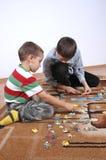 Jungen, die das Puzzlespiel spielen Lizenzfreies Stockbild