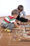 Jungen, die das Puzzlespiel spielen Lizenzfreie Stockfotografie