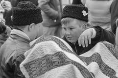Jungen, die an der Straße sprechen Stockfotografie