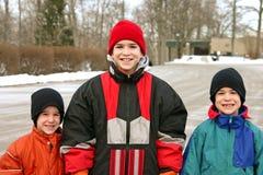 Jungen, die draußen im Schnee spielen Lizenzfreie Stockfotos