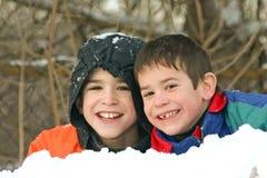 Jungen, die draußen im Schnee spielen Stockbilder