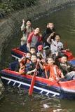 Jungen, die ein Boot in einem Park, Chengdu, Porzellan rudern stockbild