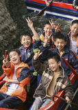 Jungen, die ein Boot in einem Park, Chengdu, Porzellan rudern lizenzfreies stockfoto