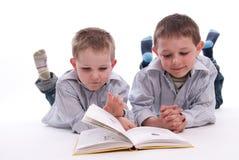 Jungen, die ein Buch lesen Lizenzfreies Stockbild