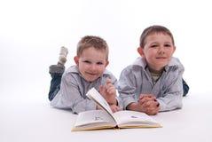 Jungen, die ein Buch lesen Stockfotos