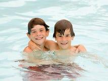 Jungen, die eine Spaß-Zeit am Pool haben lizenzfreies stockbild