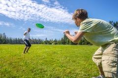 Jungen, die einen Frisbee spielen Lizenzfreie Stockfotografie