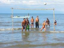 Jungen, die Fußball auf der Küste von Livingston spielen Stockfotografie