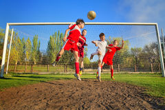 Jungen, die Fußball spielen Lizenzfreie Stockbilder
