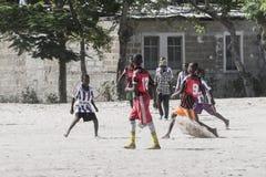 Jungen, die Fußball spielen Lizenzfreie Stockfotografie