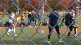 Jungen, die Fußball spielend ausbilden stock footage