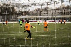 Jungen, die Fußballtorhüter im Tor treten Stockbilder