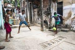 Jungen, die Fußball, Salvador, Bahia, Brasilien spielen lizenzfreies stockfoto