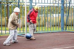 Jungen, die Fußball spielen Stockbilder